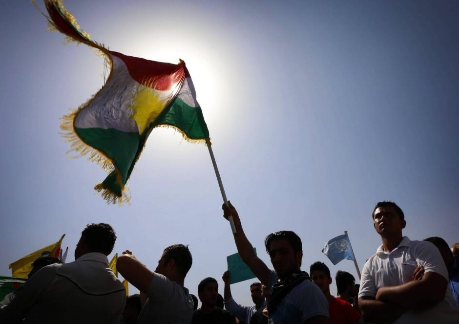 pkk-anhaenger-demonstrieren-im-nordsyrischen-kobane-gegen-die-terrormilz-is