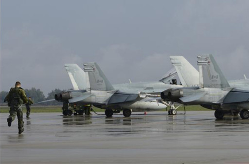 Royal Canadian Air Force drill with CF-18s (image: Combat Camera)